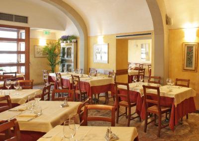sala del ristorante di cucina tipica toscana - giglio rosso